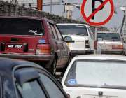 راولپنڈی: کچہری روڈ پر نو پارکنگ بورڈ آگے کھڑی گاڑیاں ٹریفک کی روانی ..