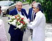 لاہور: صوبائی وزیر صنعت و تجارت میاں اسلم اقبال، مشیر تجارت عبدالرزاق ..