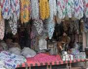 راولپنڈی: عید کے موقع پر دکاندار نے پھولوں کا سٹال لگایا ہوا ہے۔