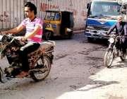 کراچی: لیاقت آباد دس نمبر گورنمنٹ سکول کے ساتھ والی سڑک ٹوٹ پھوٹ کا ..