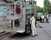 لاہور: ایک شخص نے رکشے پر ایئرکولر کی باڈیاں اوور لوڈ کر رکھی ہیں۔