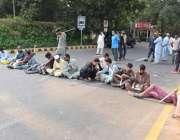 لاہور: نابینا افراد اپنے مطالبات کے حق میں سیون کلب چوک میں دھرنادیئے ..