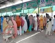 فیصل آباد: خواتین رمضان سستا بازار میں چینی خریدنے کے لیے قطار میں کھڑی ..