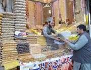 پشاور: کینٹ بازار میں گاہک کو راغب کرنے کے لئے ایک دکاندار مختلف قسم ..