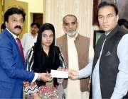 راولپنڈی: ڈپٹی کمشنر چوہدری محمد علی رندھاوا اقلیتی برادری کے طلباء ..