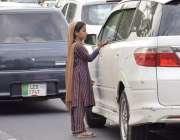 لاہور: ایک نو عمر بچی لاہور کی مرکزی شاہراہ پر گاڑی والے سے بھیک مانگ ..