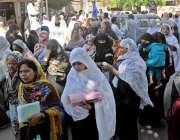 راولپنڈی: ڈی ایچ کیو ہسپتال میں احتجاج کے باعث آنیوالی خواتین پریشا ..