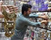 پشاور: دکاندار گاہکوں کو متوجہ کرنے کے لیے جیولری سجا رہا ہے۔