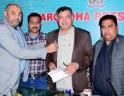سرگودھا: پریس کلب سرگودھا کے سینئر نائب صدر شہزاد شیرازی کمشنر سرگو ..