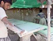 راولپنڈی: مزدور مزدور سیلنگ شیٹیں تیار کرنے میں مصروف ہیں۔