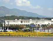 اسلام آباد: پارلیمنٹ ہاؤس کے سامنے گرین بیلٹ میں موسمی پھولوں کا پرکشش ..