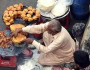 لاہور: دکاندار گاہکوں کو متوجہ کرنے کے لیے کھانے پینے کی اشیاء فروخت ..