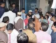 لاہور: مال روڈ پر واقع الفلاح بلڈنگ میں آگ لگنے کے بعد گراؤنڈ فلور پر ..