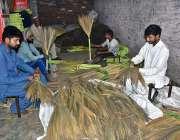لاہور: مارکیٹ میں فروخت کے لئے مزدور گھر پر جھاڑو بنانے میں مصروف ہیں۔