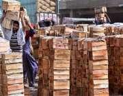 لاڑکانہ: دکاندار فروٹ منڈی میں آم سجا رہے ہیں۔