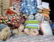 راولپنڈی: مقامی کارخانے میں ایک ورکررضائیاں سینے کے کام میں مصروف ہے۔