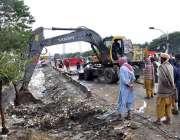 اسلام آباد: سی ڈی اے کا عملہ سیوریج سے باہر نکلنے کی صفائی کررہا ہے جہاں ..