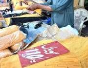 راولپنڈی: دکاندار عید الفطر کی آمد کے موقع پر سویاں فروخت کرر ہا ہے۔