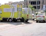 راولپنڈی: فوڈ اتھارٹی کی گاڑیاں فٹ پاتھ پر کھڑی ہیں جبکہ پیدل گزرنے ..