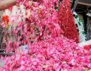 راولپنڈی: عید کے موقع پر دکاندار پھولوں کی پتیاں فروخت کے لیے سجا رہا ..