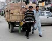 راولپنڈی: محنت کش ہتھ ریڑھے پر بھاری سامان لادھے گنجمنڈی روڈ سے گزر ..