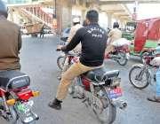 راولپنڈی: محکمہ ایکسائز پولیس کا اہلکار ہیلمٹ پہنے بغیر نمبر پلیس سگنل ..