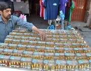لاہور: دکاندار گاہکوں کو متوجہ کرنے کے لیے عطر فروخت کر رہاہے۔