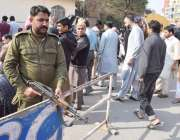 لاہور: شملہ پہاڑی چوک میں نماز جمعہ کی ادائیگی کے موقع پر پولیس اہلکار ..