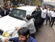 لاہور: پنجاب اسمبلی میں قائد حزب اختلاف حمزہ شہباز کو پیشی کے لئے احتساب ..