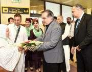 کراچی: گورنر سندھ عمران اسماعیل پی آئی اے کی پہلی حج فلائٹ کے ذریعے ..