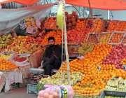 راولپنڈی: محنت کش سٹال پر فروٹ سجائے خریداروں کا انتظار کررہا ہے۔