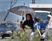اسلام آباد: خاتون نے گرمی کی شدت سے بچنے کے لیے چھتری تان رکھی ہے۔
