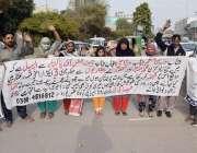 لاہور: راوی روڈ کچی آباد شمس پورہ کے رہائشی اپنے مطالبات کے حق میں پریس ..