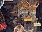 لاہور: محنت کش لکڑی کی ٹوکریاں اور دیگر اشیاء بنانے میں مصروف ہے۔