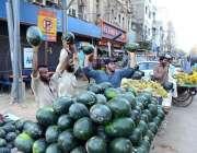 کراچی: دکاندار گاہکوں کو متوجہ کرنے کے لیے تربوز فروخت کررہا ہے۔