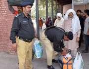 لاہور: ریلوے اسٹیشن پر پولیس اہلکار مسافروں کے سامان کی تلاشی لے رہا ..