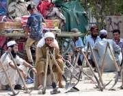 حیدر آباد: مزدور اڈے میں کام کے انتظار میں بیٹھے ہیں۔