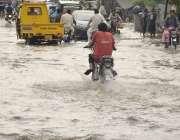 لاہور: شہر میں ہونے والی بارش کے بعد ایک شاہراہ پانی میں ڈوبی ہوئی ہے۔
