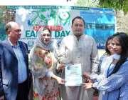 اسلام آباد: ڈپٹی میئر اسلام آباد ذیشان نقوی، پرنسپل بلقیس نقوی کے ہمراہ ..