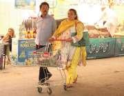لاہور:شادمان سستے رمضان بازار سے خریداری کے بعد شہری واپس جا رہے ہیں۔