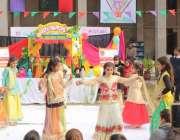 لاہور: چلڈرن کمپلیکس میں جاری فیسٹیول کے موقع پر بچیاں ٹیبلو پیش کر ..