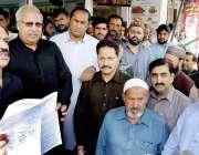 لاہور: مشیر وزیر اعلیٰ پنجاب چوہدری اکرم ٹولنٹن مارکیٹ کے دورہ کے موقع ..