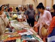 اسلام آباد: مقامی ہوٹل میں منعقدہ آئی ایف ڈبلیو اے چیرٹی بازار میں شہری ..
