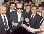 لاہور: تحریک انصاف کے رہنما بابر اعوان سیشن عدالت میں پیشی کے موقع پر ..