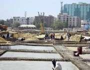 کراچی: مزدور گرین لائن بس سروس کے تعمیراتی کام میں مصروف ہیں۔