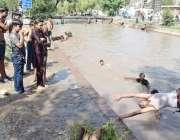 لاہور: گرمی کی شدت کم کرنے کے لیے بچے نہر میں نہا رہے ہیں، دفعہ144کے تحت ..
