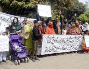 لاہور: ویلفیئر سوسائٹی کے کے ملازمین مطالبات کے حق میں احتجاج کر رہے ..