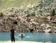 نیلٹر ویلی: سیر و تفریح کے لیے آئی فیملی نیلی جھیل میں کشتی رانی سے لطف ..