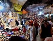 کوئٹہ: عید کی تیاریوں میں مصروف شہری خریداری کر رہے ہیں۔