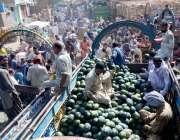 حیدر آباد: بیوپاری فروٹ منڈیں میں تربوز فروخت کررہے ہیں۔
